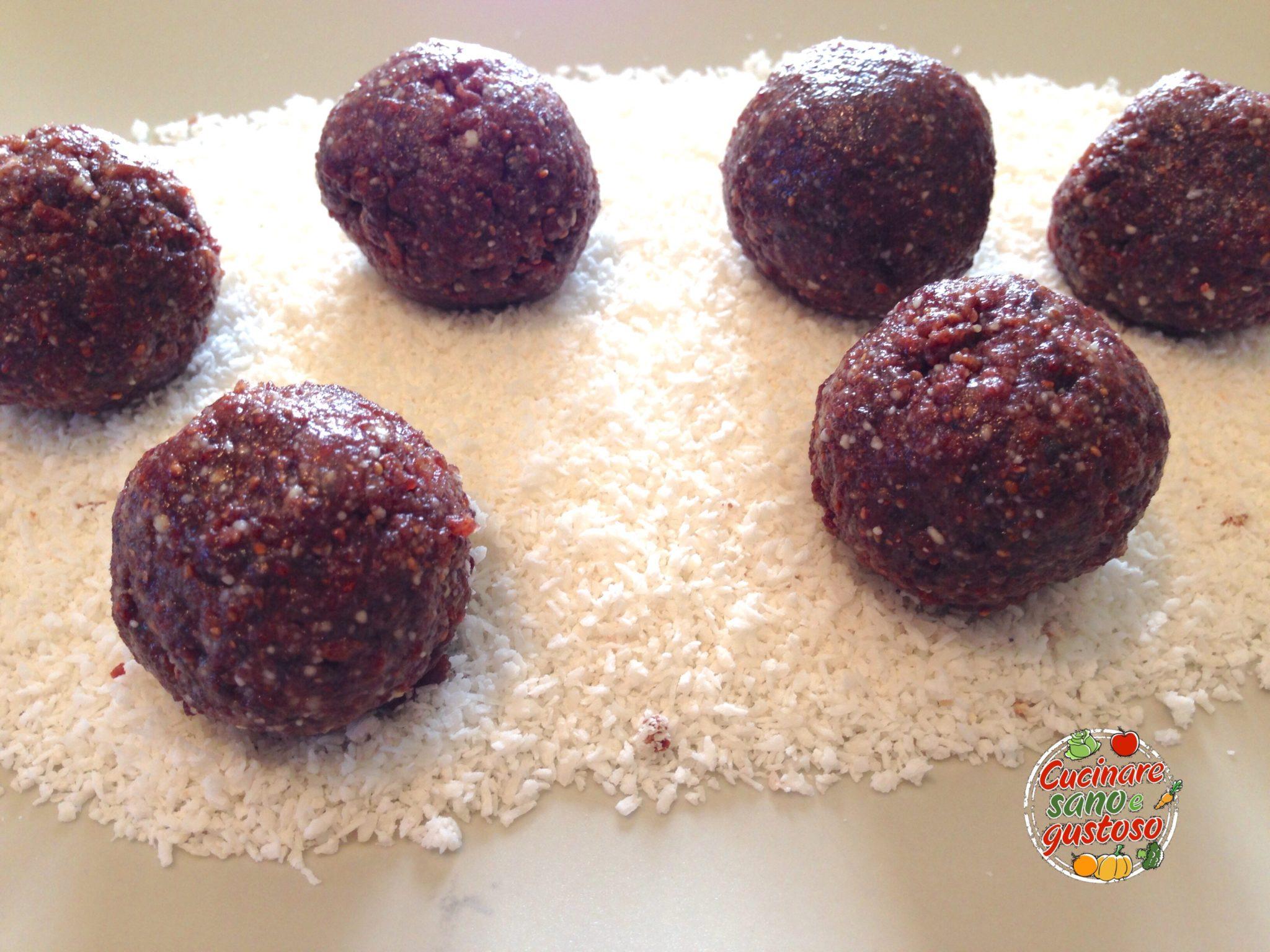 Palline ai frutti rossi mandorle e cocco senza cottura - Cucinare sano e gustoso ...