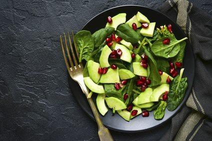 Insalatona di spinacino con avocado e melagrana