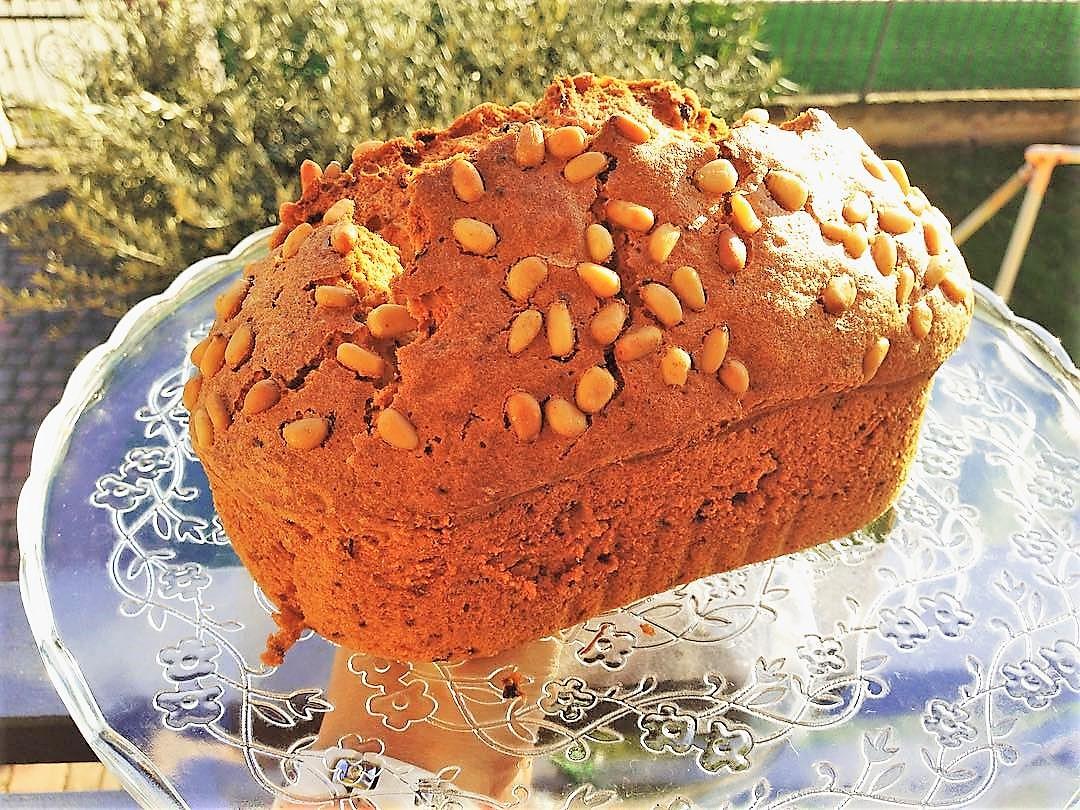 Plumcake senza glutine con uvetta e pinoli. Ricetta 100% vegetale.