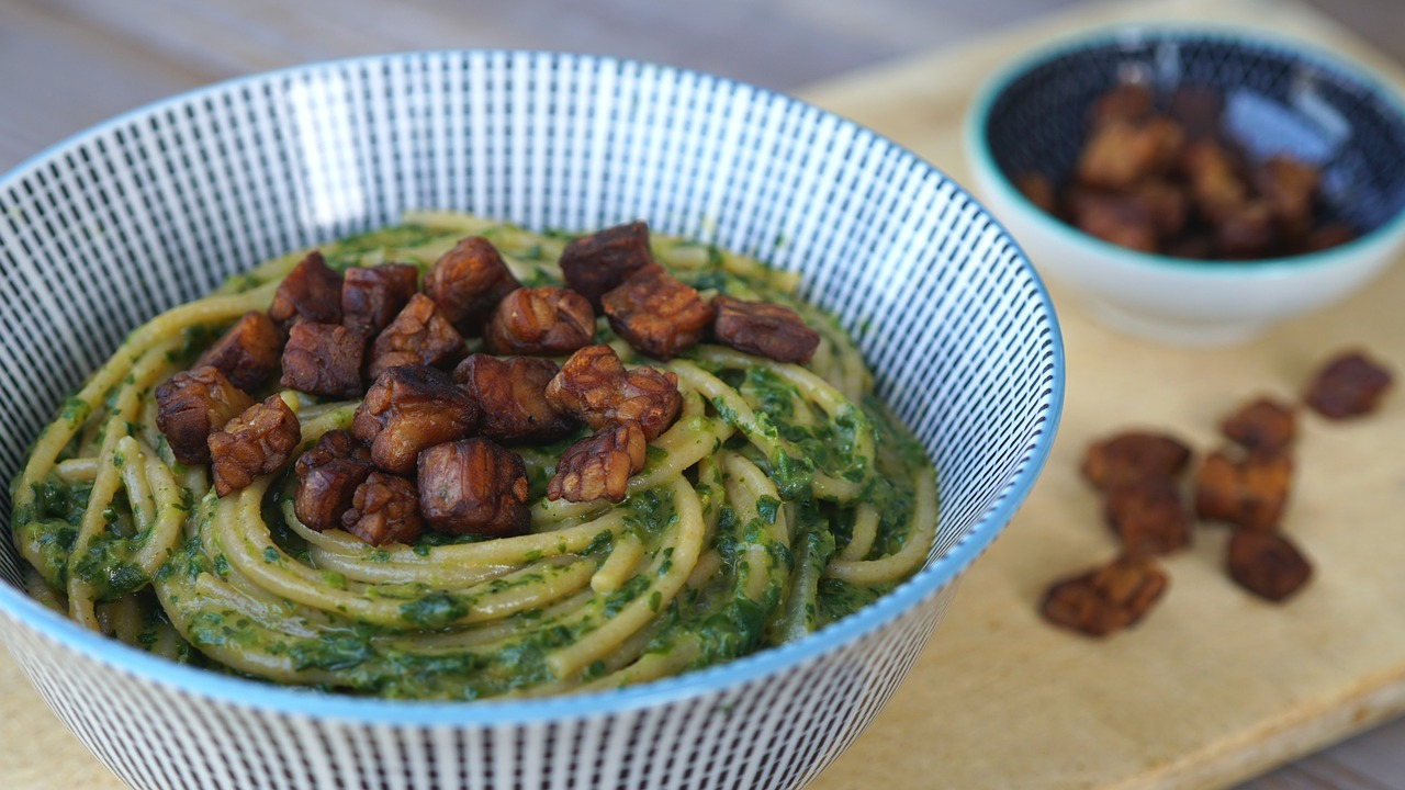 Spaghetti al pesto con tempeh in salsa di soia