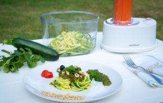Spaghetti di zucchine con pesto alla menta