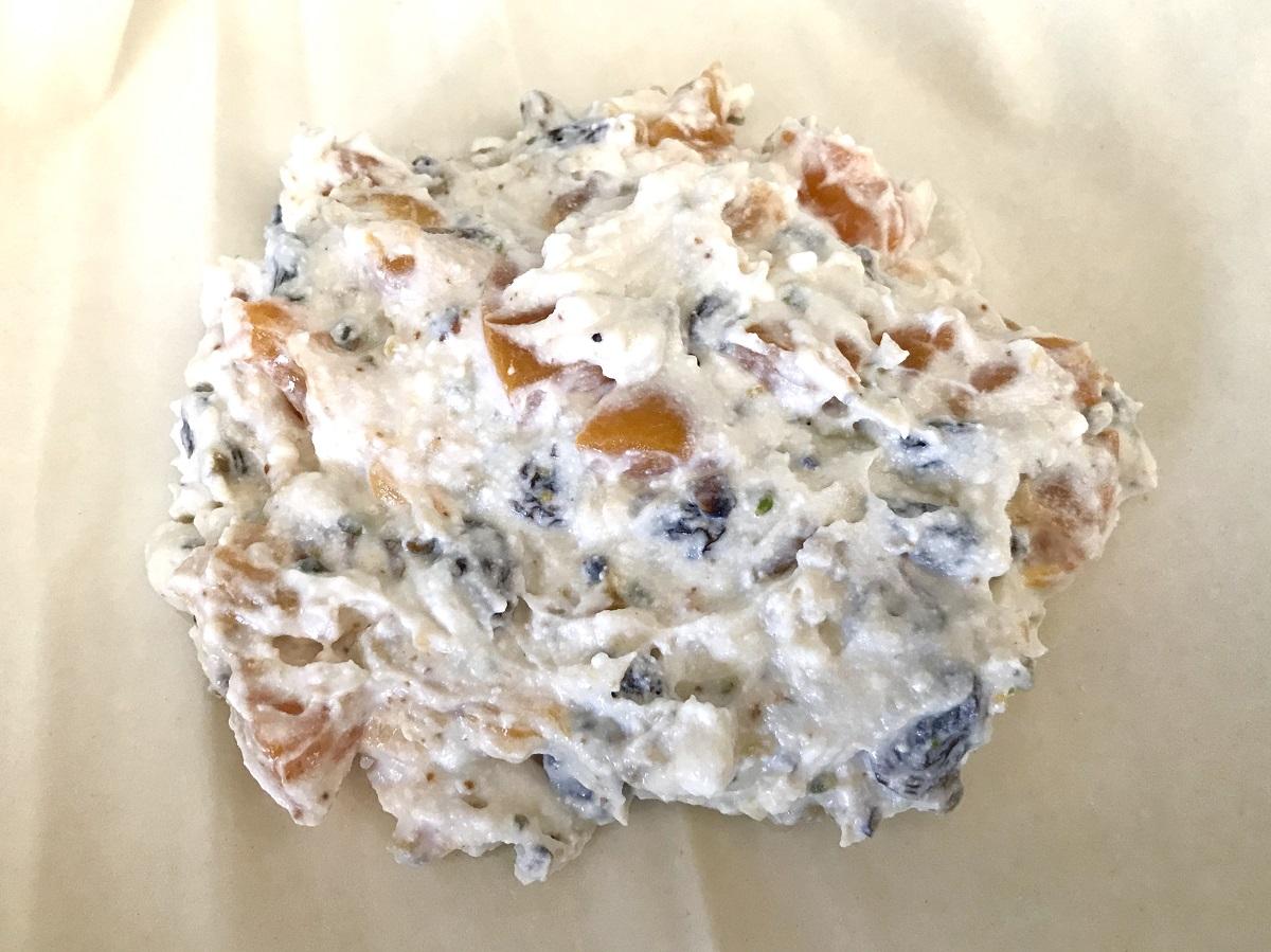 ripieno del fagottino di pasta sfoglia con ricotta, pesche e uva passa