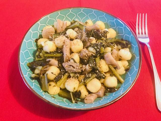 Gnocchi di patate con funghi e cavolo nero