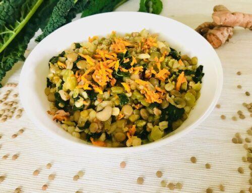 Zuppa di cereali e legumi con funghi, cavolo nero e curcuma fresca